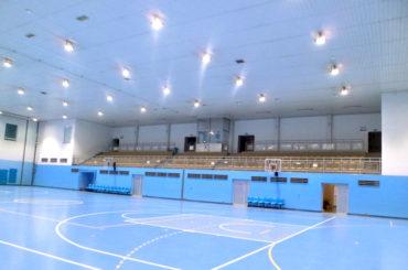 Oświetlenie hali wośrodku sportowym